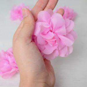 Большой цветок из органзы розового цвета