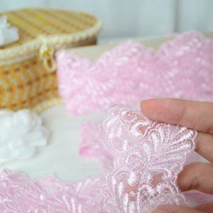 Кружево на сетке розового цвета с атласными нитями