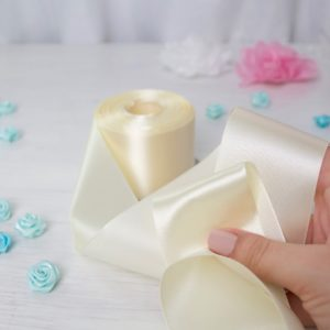 Атласная лента молочного цвета шириной 5 см в интеренет-магазине Tkani Amika