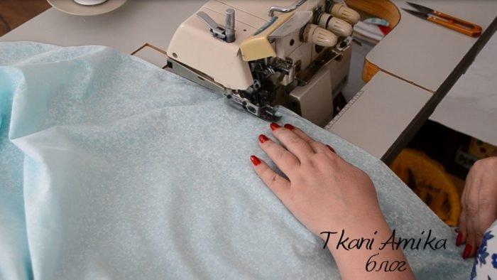 Стачиваем боковые швы юбки на оверлоке