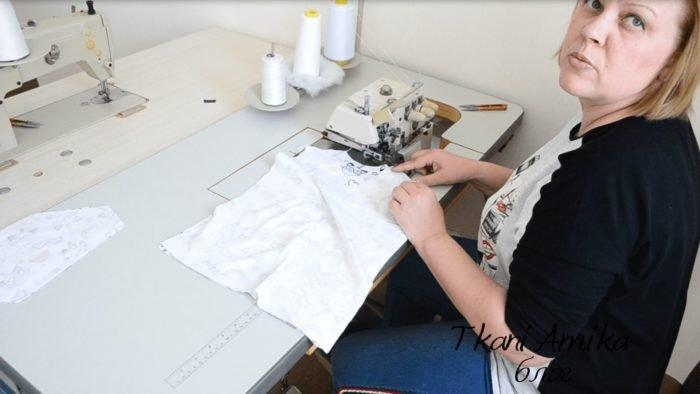 Стачиваем плечевые швы на футболке