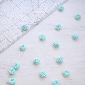 Цветы из атласа бирюзовые розочки