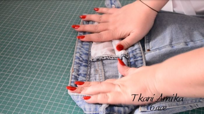 Расправляем джинсы в районе бокового шва