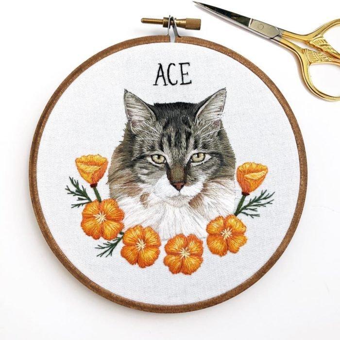Вышивка животных — работа в виде кошки с цветами