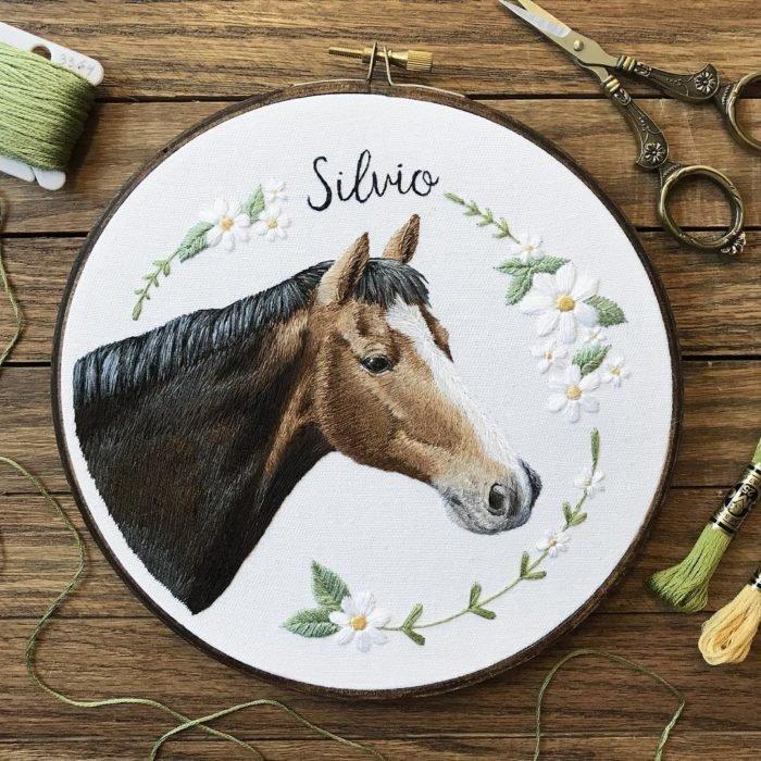 Вышивка в виде лошадки с цветами